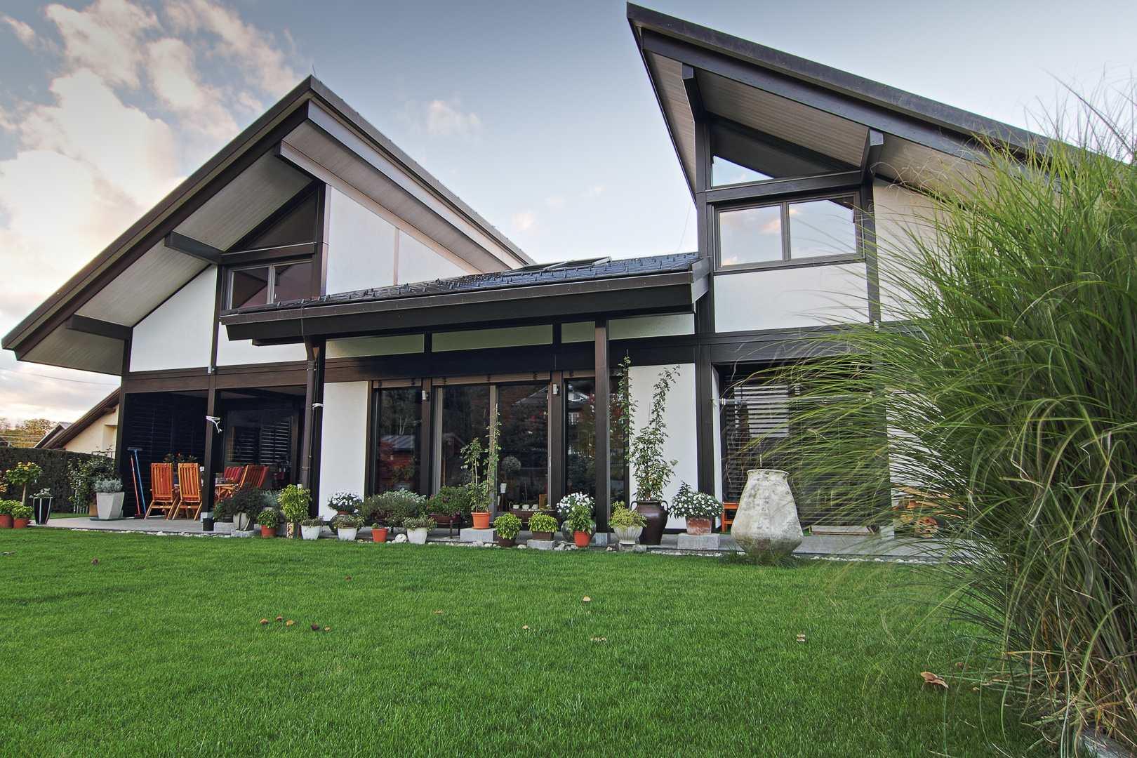 Glass house in black white modern glass houses kager for Vita house